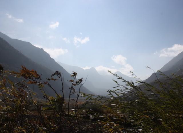 шквалистый ветер днем в долине реки Кали Гандаки