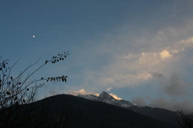 горбушка луны на вершинами гор