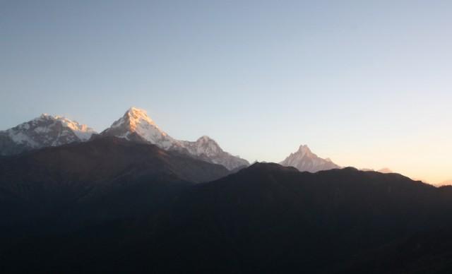 горы расцвечены золотом солнца