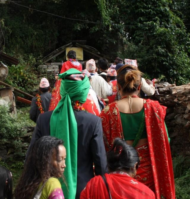 ноябрь-месяц свадеб в Непале. В красно-зеленом жених и невеста