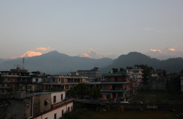утренняя Покара и Гималаи над ней