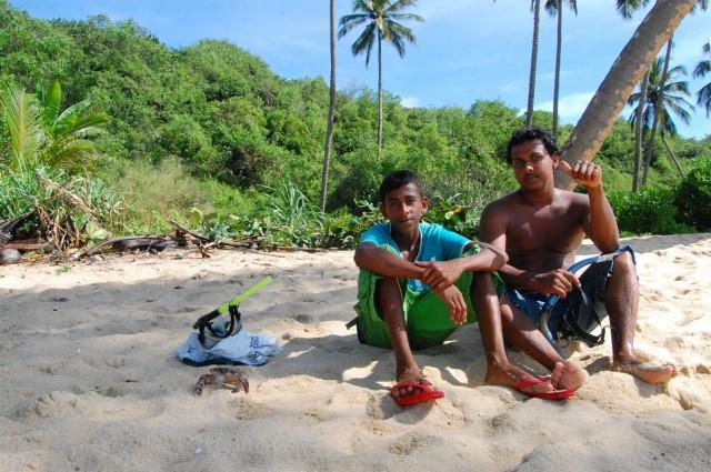Иногда приходят деревенские гости - за кокосами или лобстеров ловить.
