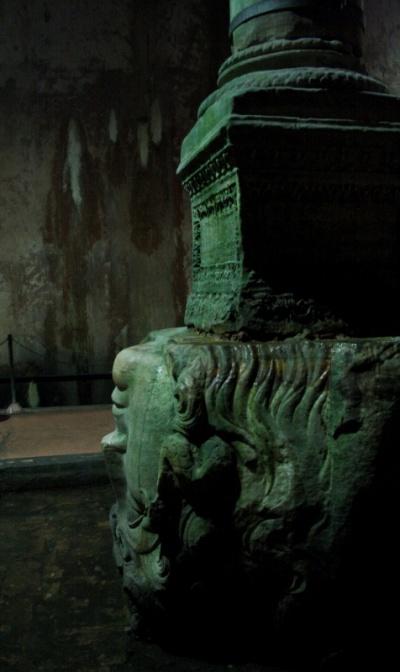 колонна, называемая Горгоной