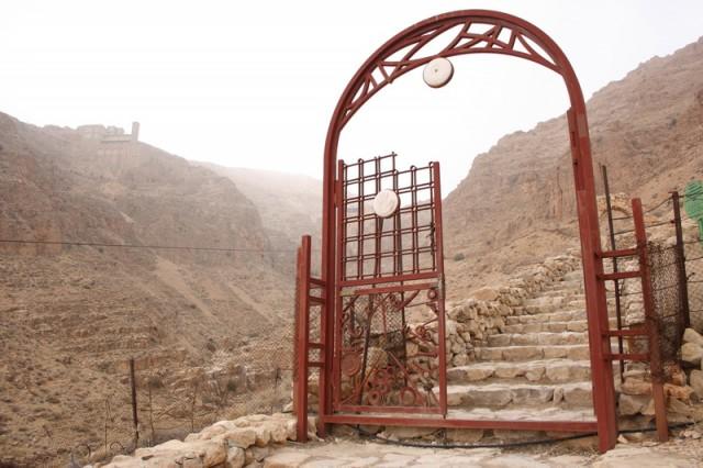 ворота перед тропинкой к монастырю