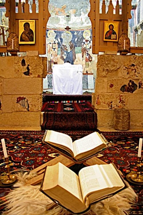 алтарь, перед ним библии на арабском