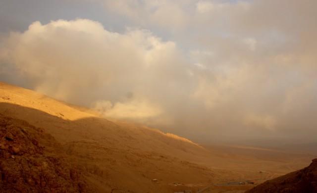 проблеск солнца продолжался минут пять, потом снова дождь