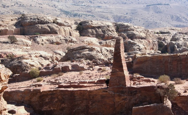 каменные монументы на горе жертвоприношений