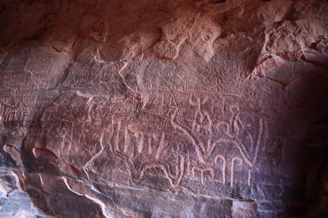 древние письмена на стенах