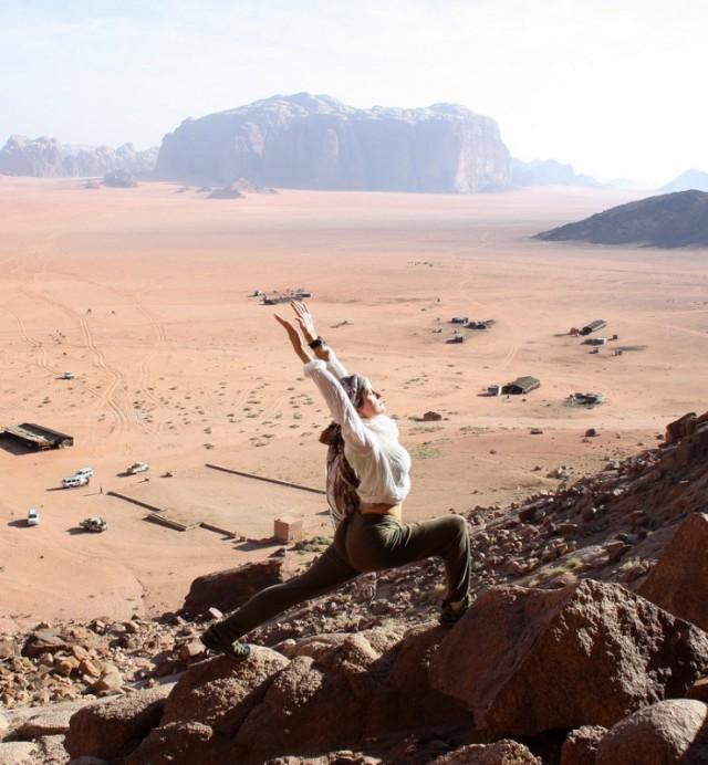 поза героя на фоне пустыни