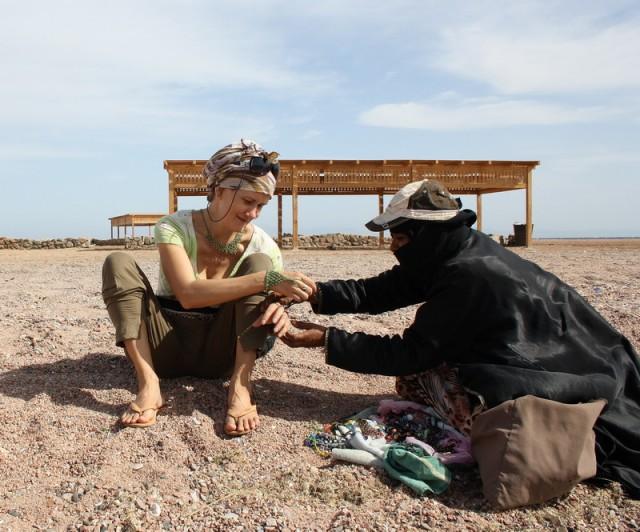 меня пытается осчасливить украшением бедуинка