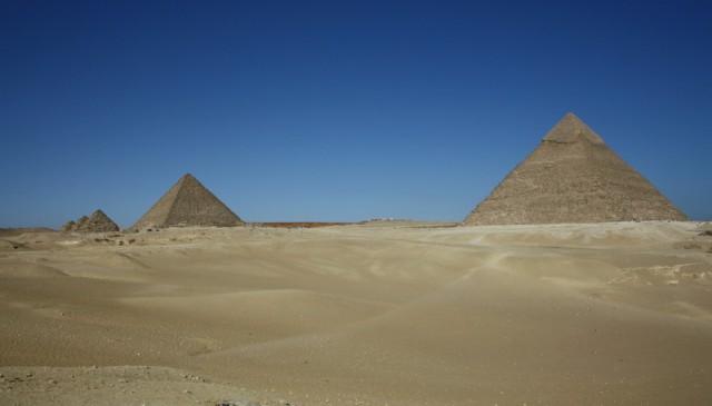 Пирамиды и пустыня, даже не верится, что вокруг многомиллионный город