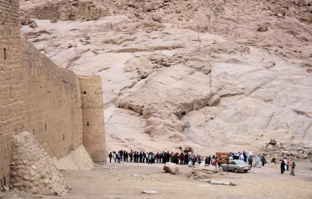 построенных туристов разбирают верблюдоводы
