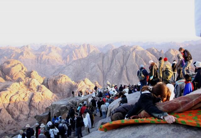 все скалы заняты паломниками