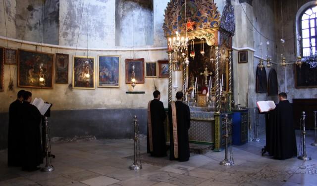 служба в армянском пределе храма