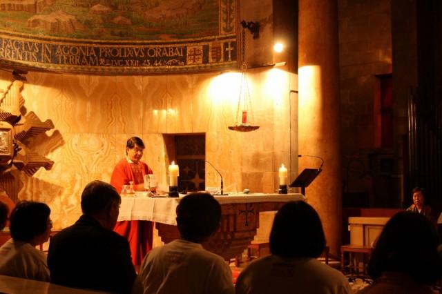 Храм Всех Наций. Службу проводит католический священник из Кореи для своей паствы
