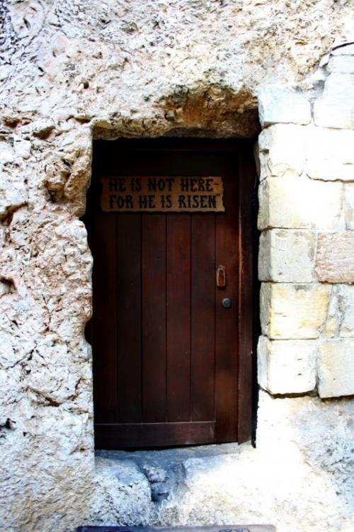 """вход к месту погребения Христа. Надпись: """"Его нет здесь, он вознесен"""""""