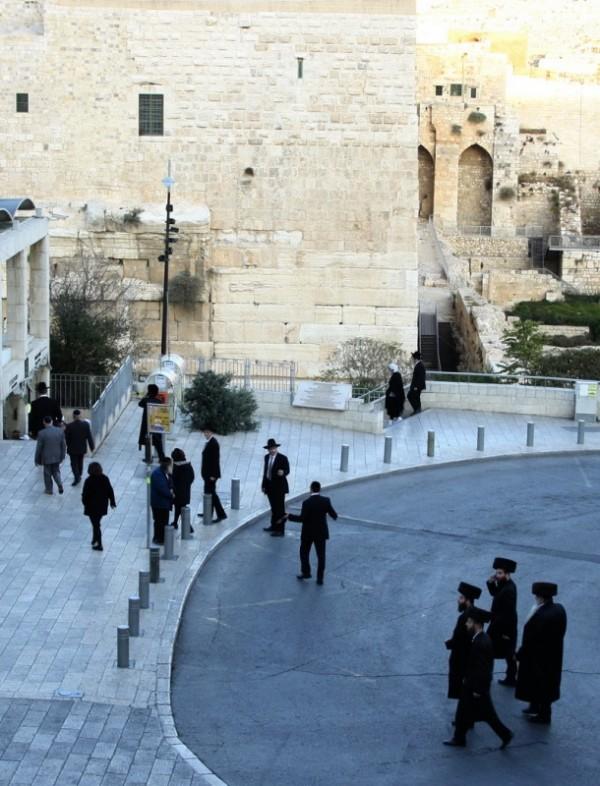 Шаббат. Ортодоксальные евреи идут на молитву к Стене Плача