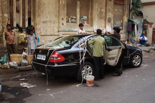 Увидели,как начинают украшать живой плюмерией свадебную машину....