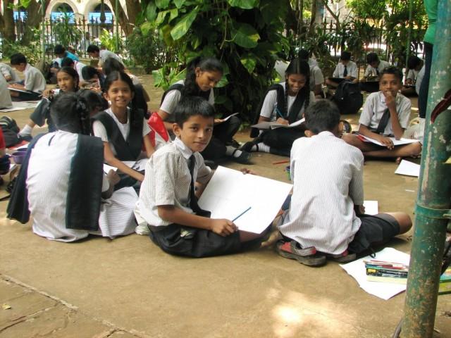 В парке у школьников урок рисования.