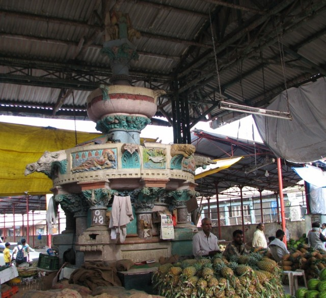 Рынок Кроуфорд. Поехали туда только из за того,что прочитали,что там есть фонтаны,построенные отцом Киплинга. Еле их нашли. Вот так сегодня это выгляд
