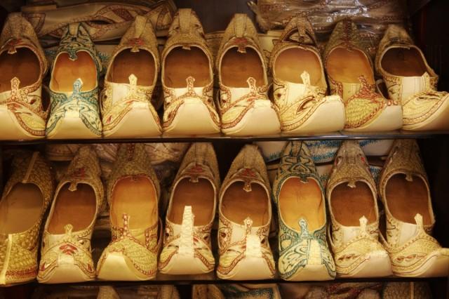 В магазине сари и свадебной одежды. Праздничная обувь.