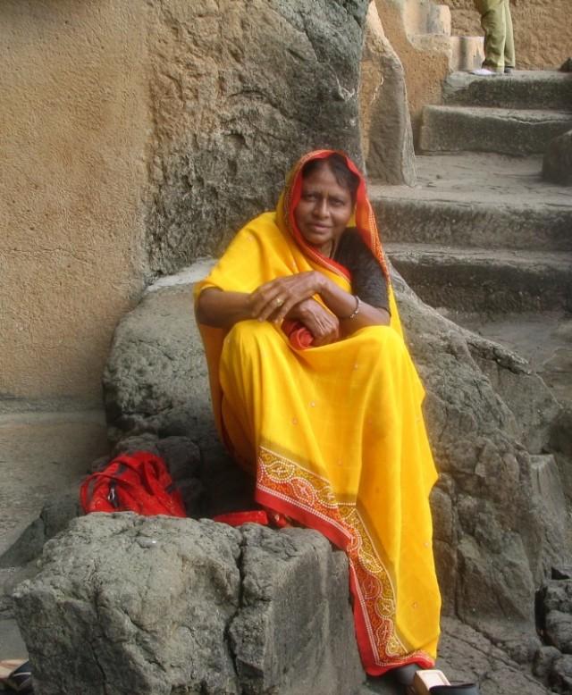 Женщина возле пещер.