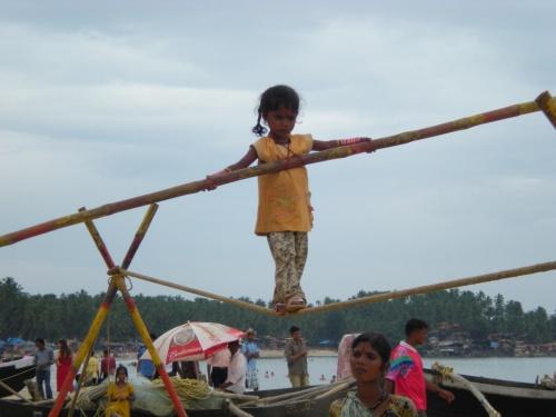 В отличии от пляжных цыганок с Раджастана, эти дети честно деньги зарабатывают.