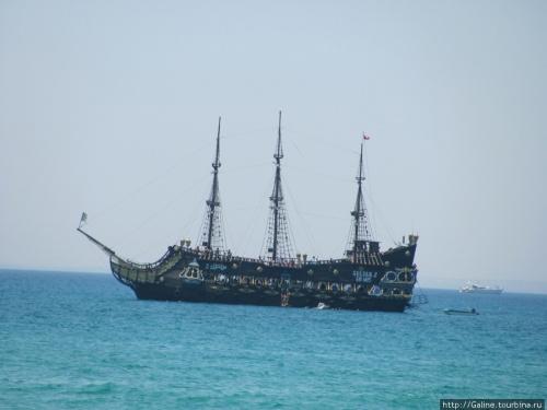 """К услугам туристов """"пиратский"""" корабль"""