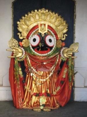 около полустотни таких фигур (1,5 метра) вокруг храма.