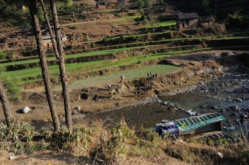 непальцы тащили его из реки