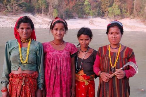 Женщины Маджу, которые живут на 100 км западнее от Чоудхари