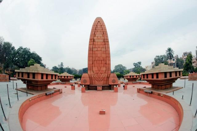 Монумент в парке Джаллианвалла Баг