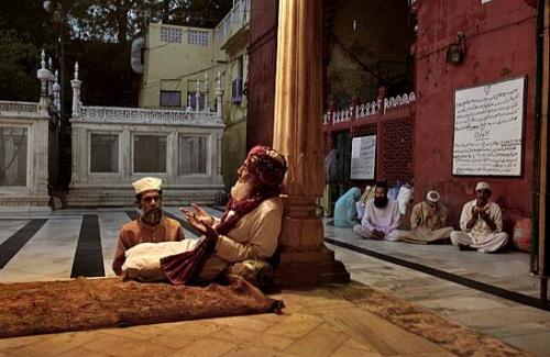 Беседа с пиром возле гробницы Низамуддина