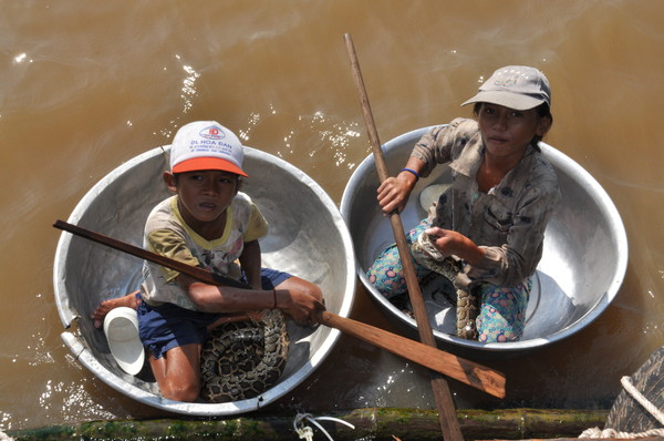 Детишки в тазиках тоже работают на туристов