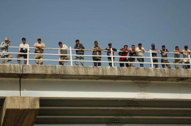 Через 5 минут после нашего прибытия. Часом позже по мосту было уже не проехать. Образовалась пробка и водители присокдинились к зрителям.