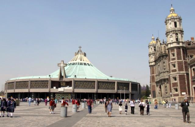 Падающая Базилика-де-Гваделупе в Мехико