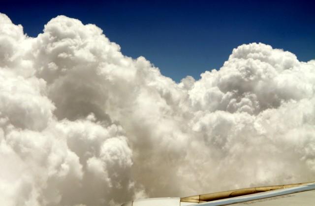 Возле крыла самолета ангелы наваяли густые облака