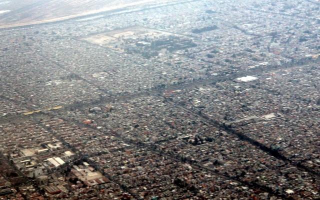 Самолет приземляется на крыши домов в Мехико