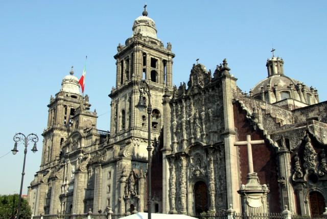 Кафедральный собор строился 300 лет, поэтому в его архитектуре нереально много стилей