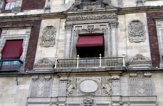 С золотого балкона Национального Дворца вещает элита страны