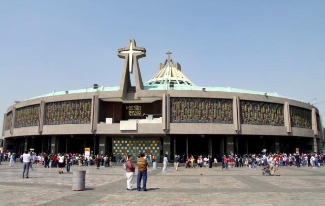 Новая базилика построена 25 лет назад и похожа на цирк)