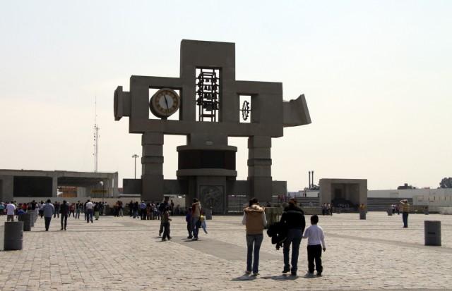 Напротив Базилики стоит Часовая башня