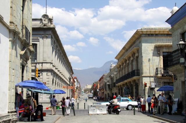В городе Оахака проживает около 250 тысяч человек