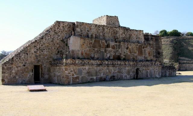 Внутри на стене сохранились резные иероглифы. Вероятно это названия покоренных племен
