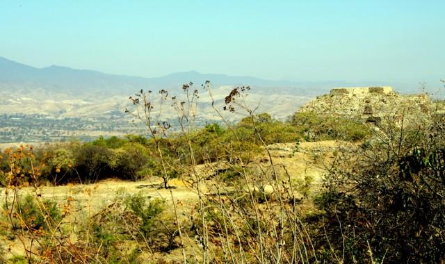 Монте-Альбан - Белая гора - испанское название, потомки сапотеков называют Дауяка, а миштеков - Юкукуи