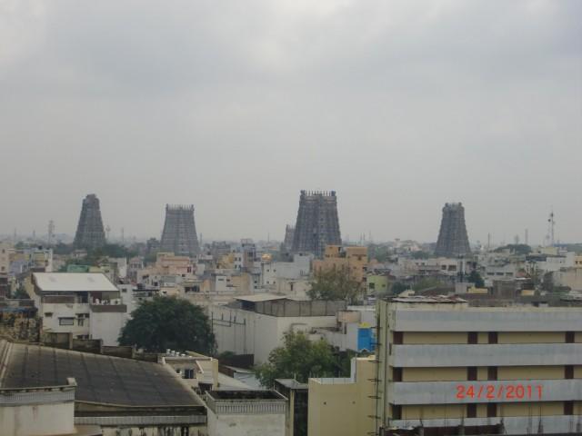 Вид на храм из ресторана с крыши отеля - видно 5 гопурамов и ваману