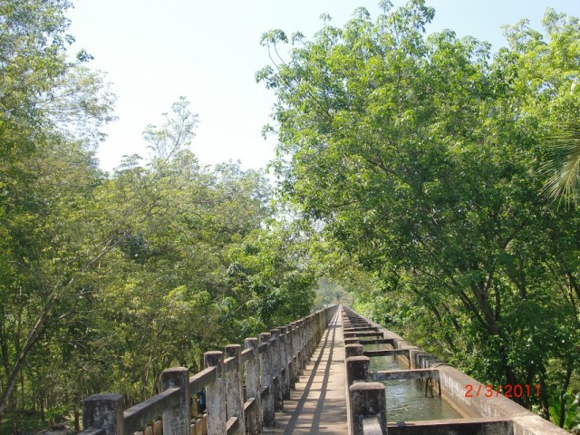 На дальнем конце моста