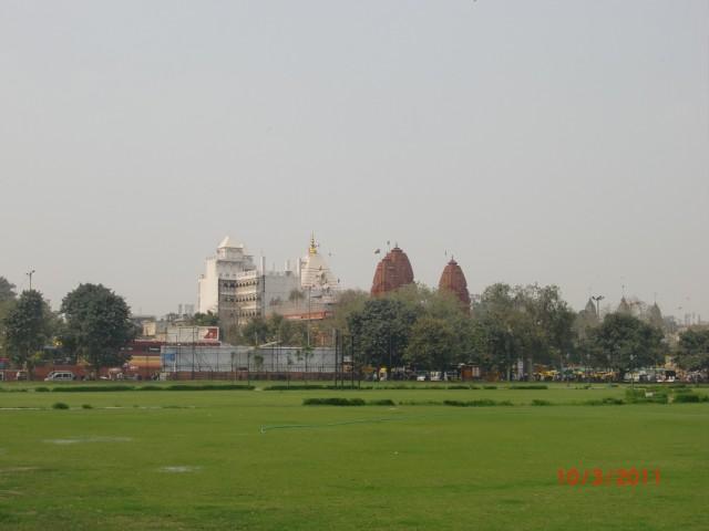 Белый хинду храм и красный джайнский храм