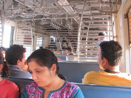 вагон разделен на две части, впереди народ стоя не помещается, а во второй половине - свободно сидят, потому как класс повыше