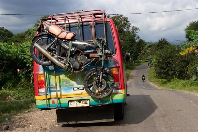 Как местные жители транспортируют мотоциклы